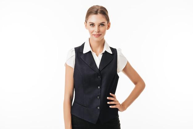 Jovem mulher bonita em colete preto e camisa branca sonhadora