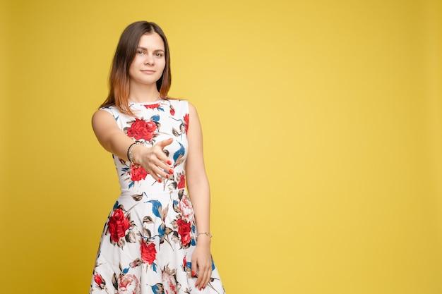 Jovem mulher bonita em roupas coloridas posando