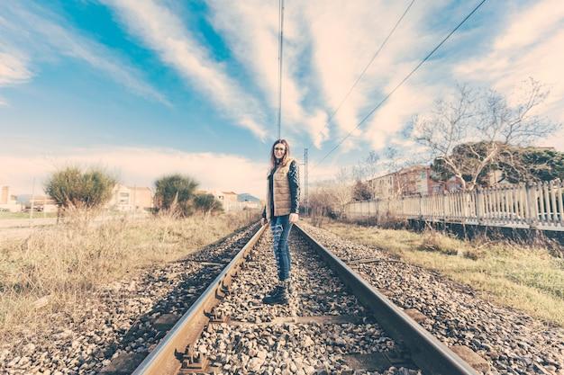 Jovem mulher bonita em trilhas railway.