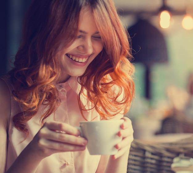 Jovem mulher bonita em um café