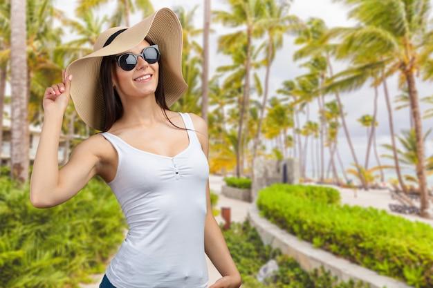 Jovem mulher bonita em um chapéu de palha