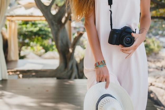 Jovem mulher bonita em vestido claro posando, férias tropicais, chapéu de palha, sensualidade, roupa de verão, resort, estilo boho vintage, close-up, detalhes, mãos