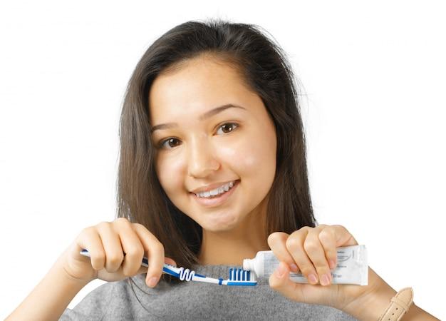 Jovem, mulher bonita, escovar, dela, dentes saudáveis