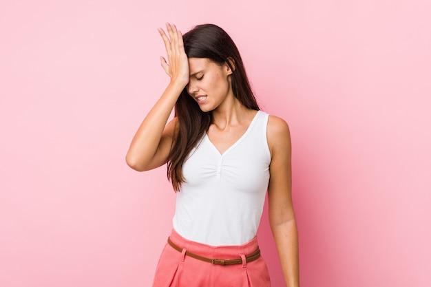 Jovem mulher bonita esquecendo algo, tapa na testa com a palma da mão e fechar os olhos.