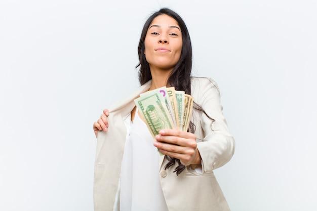 Jovem mulher bonita hispânica com notas de dólar