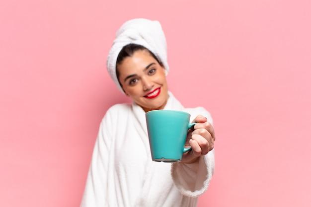 Jovem mulher bonita hispânica. expressão feliz e surpresa. conceito de café da manhã