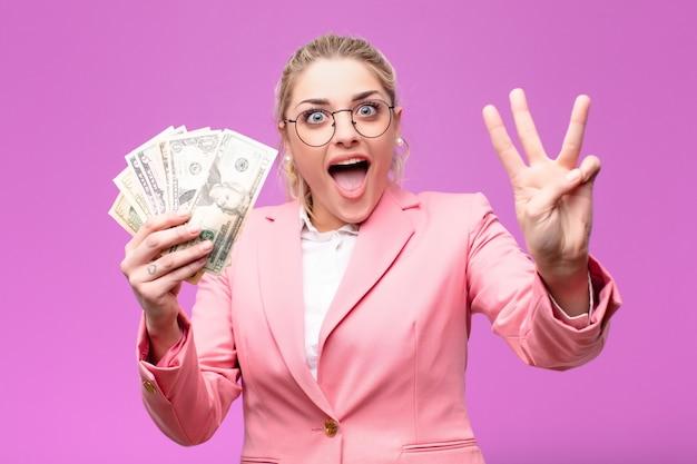 Jovem mulher bonita loira com notas de dólar