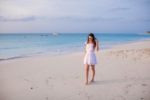 Jovem mulher bonita na praia durante as férias de verão
