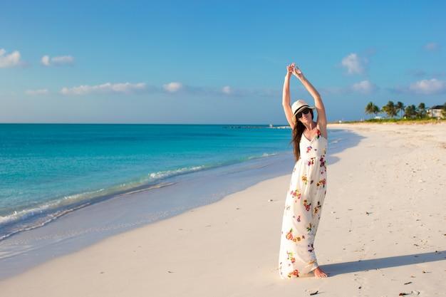 Jovem mulher bonita na praia durante suas férias de verão