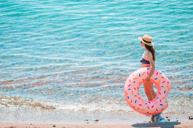 Jovem mulher bonita na praia pronta para nadar