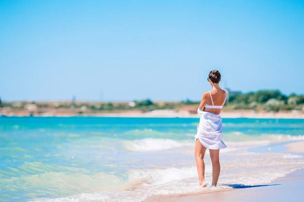 Jovem mulher bonita na praia tropical areia branca