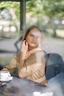 Jovem mulher bonita no café