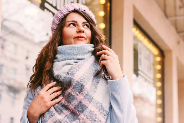 Jovem mulher bonita no casaco e chapéu no final do outono ou inverno o