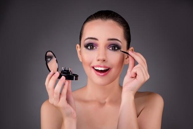 Jovem mulher bonita no conceito de maquiagem