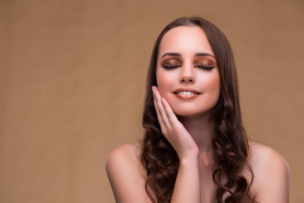 Jovem mulher bonita no conceito de moda
