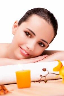 Jovem mulher bonita no conceito de saúde em fundo branco