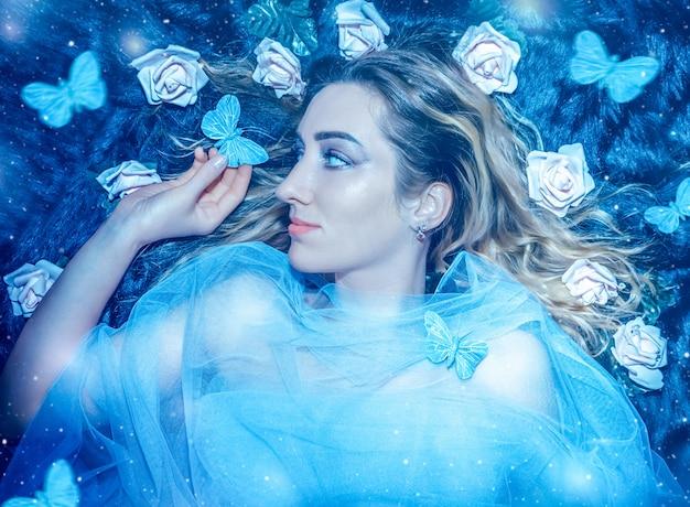 Jovem mulher bonita no fundo da floresta misteriosa com borboletas azuis e luz mágica close-up