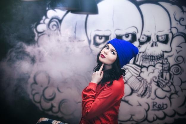 Jovem mulher bonita no fundo do graffiti na parede da sala de sexy, elegante e elegante