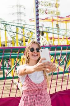 Jovem mulher bonita no parque de diversões