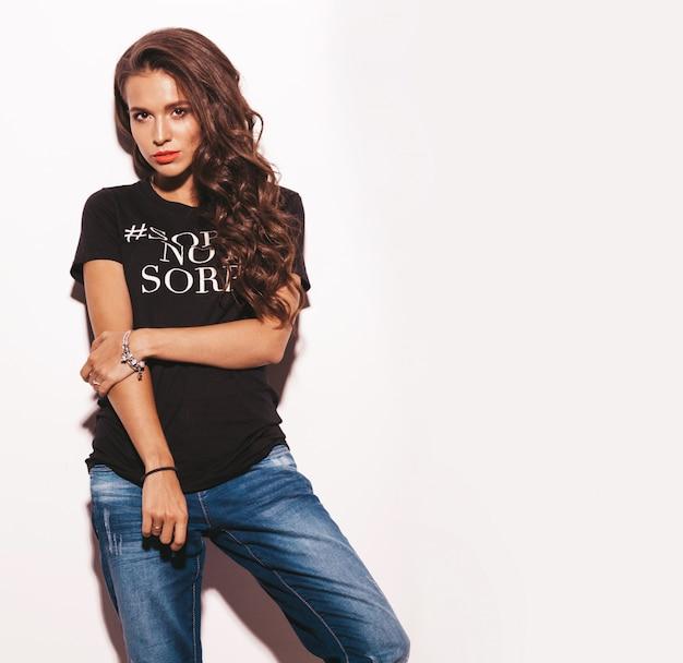 Jovem mulher bonita no verão preto moda roupas jeans e camiseta.