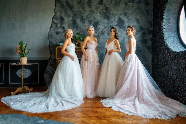 Jovem mulher bonita no vestido de casamento bonito no estúdio.