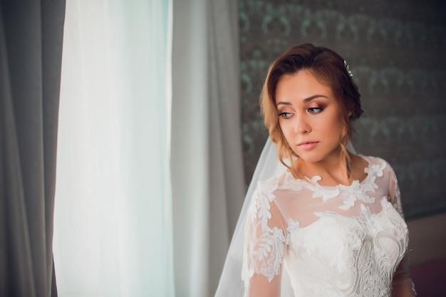 Jovem mulher bonita no vestido de casamento
