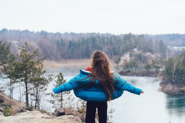 Jovem mulher bonita posando em um lago