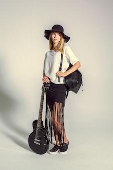 Jovem mulher bonita que levanta no estúdio. foto de moda