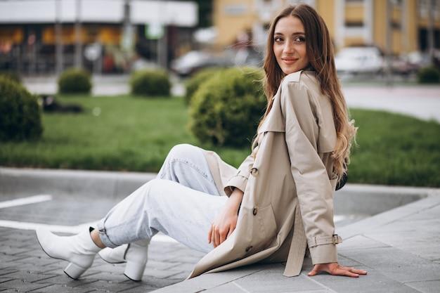 Jovem mulher bonita sentada no parque