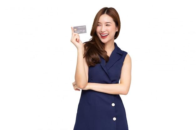 Jovem mulher bonita sorrindo segurando o cartão de crédito