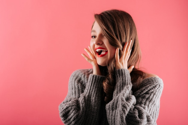 Jovem mulher bonita sorrindo