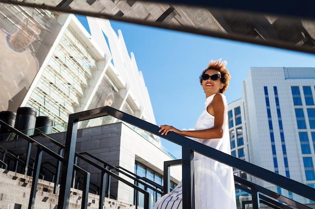 Jovem mulher bonita subindo escadas andando pela cidade