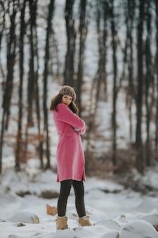Jovem mulher bósnia posando na floresta no inverno