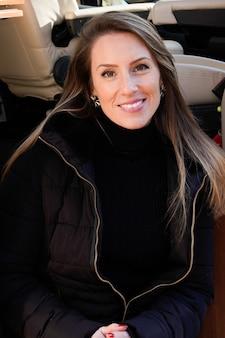Jovem mulher branca sorridente no motorhome curtindo férias em vanlife campervan