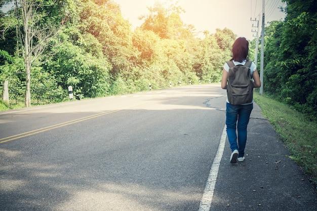 Jovem mulher caminhadas férias