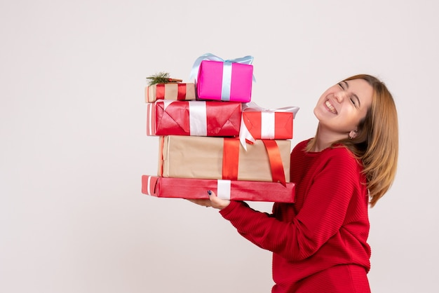 Jovem mulher carregando presentes