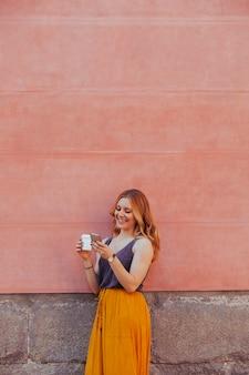 Jovem mulher carregando uma foto na mídia social na rua