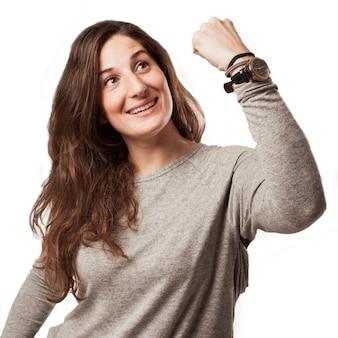 Jovem mulher casual com gesto de vencedor