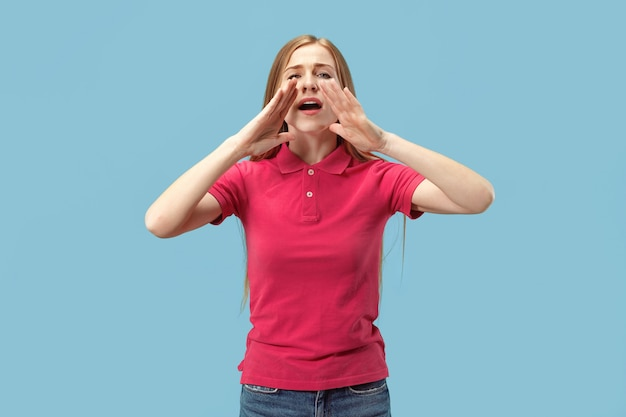 Jovem mulher casual gritando