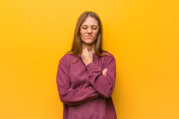 Jovem mulher casual, tossindo, doente devido a um vírus ou infecção