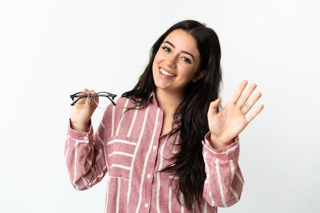 Jovem mulher caucasiana com óculos isolados
