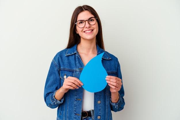 Jovem mulher caucasiana, comemorando o dia mundial da água isolado na rosa, sente-se orgulhosa e autoconfiante, exemplo a seguir.