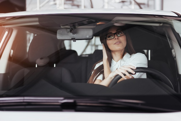 Jovem mulher caucasiana em um carro