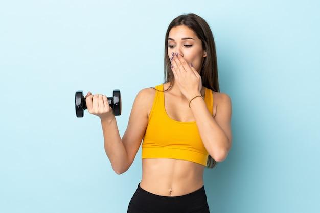Jovem mulher caucasiana fazendo levantamento de peso