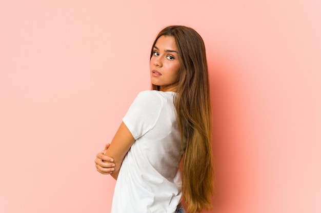 Jovem mulher caucasiana fazendo poses de beleza isoladas