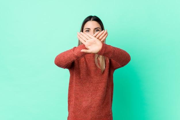 Jovem mulher caucasiana, fazendo um gesto de negação