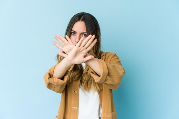 Jovem mulher caucasiana fazendo um gesto de negação