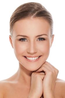 Jovem mulher caucasiana feliz nua