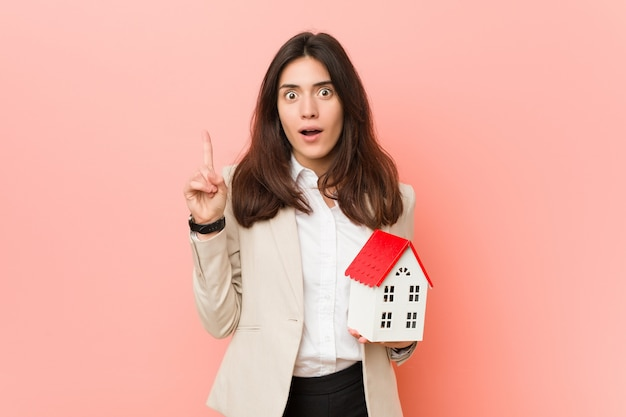 Jovem mulher caucasiana holdinghouse ícone