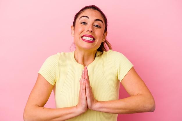 Jovem mulher caucasiana isolada em um fundo rosa, mostrando um gesto de tempo limite.
